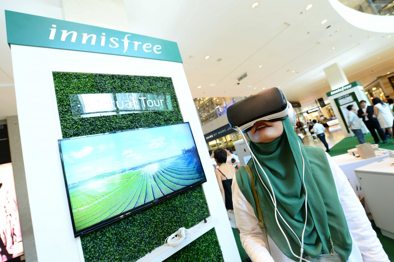 Visitors virtually experiencing the sights & sounds of innisfree's green tea farm on Jeju Island.