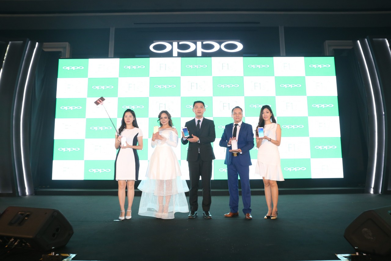 OPPO Officials (From the left, Abby Liu, Overseas Product Manager; Nora Danish, OPPO F1s' Selfie Ambassador; William Fang, OPPO's CEO; Garry Gong, OPPO's Sales Director; and Nikki Chen, OPPO's Brand Manager