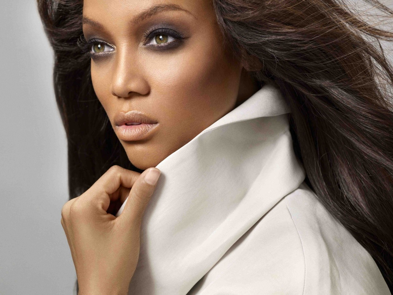 tyra banks reclaims her throne as america's next top model's host